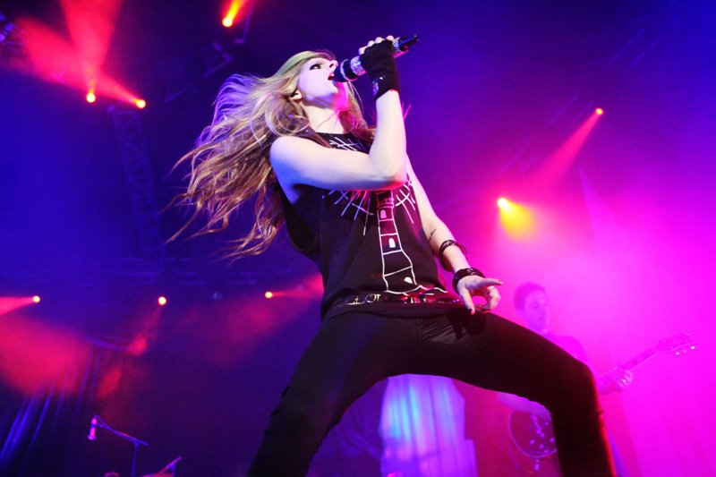 Avril-Lavigne-BlackStar-Concert-01.jpg